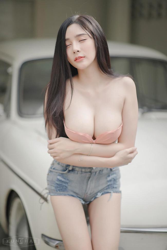 Hot girl Thái Lan diện mốt không nội y bên Honda Cub - hình 5
